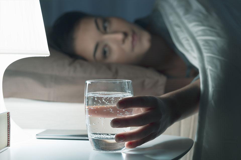 Perché bere acqua? I 7 modi in cui l'acqua aiuta la salute